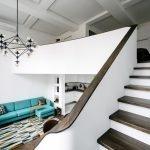 Бирюзовый диван в белом интерьере