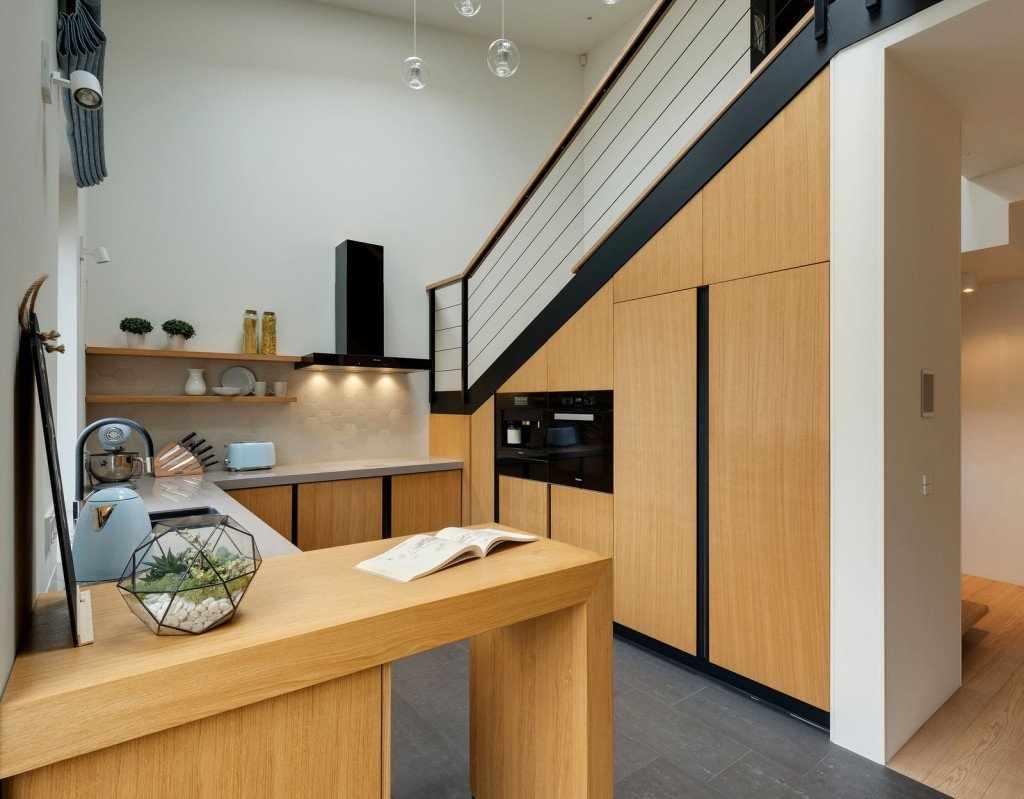 Звукоизоляция двухъярусной квартиры при помощи дерева на полу и специальных материалов на стенах