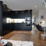 Черная кухня в белом интерьере