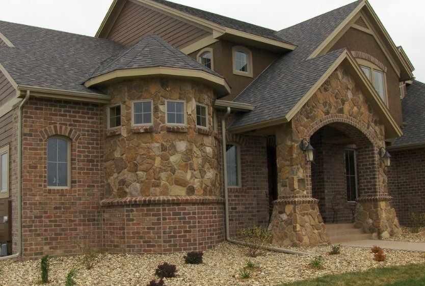 Дом с фасадом из натурального камня