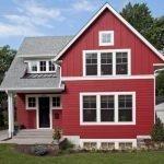 Красный дом с белыми окнами