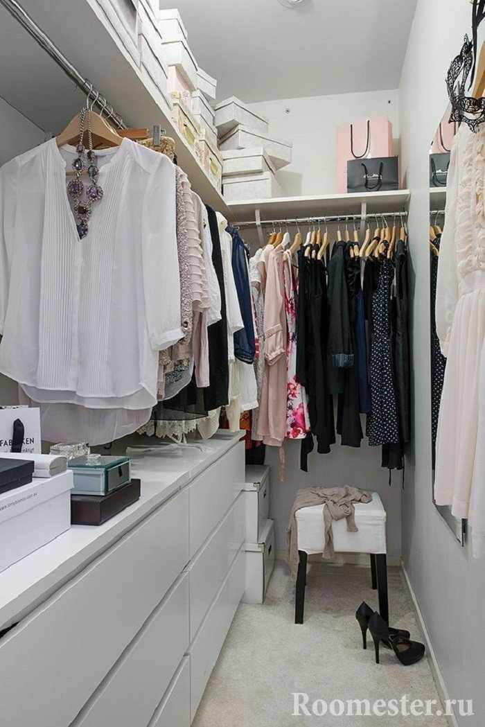 Вешалки в маленькой гардеробной