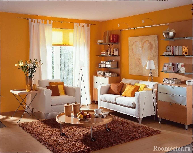 Гостиная с оранжевыми стенами