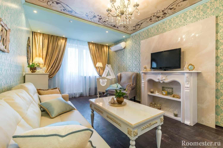 Гостиная в классическом стиле отделка позолотой, орнамент на потолке