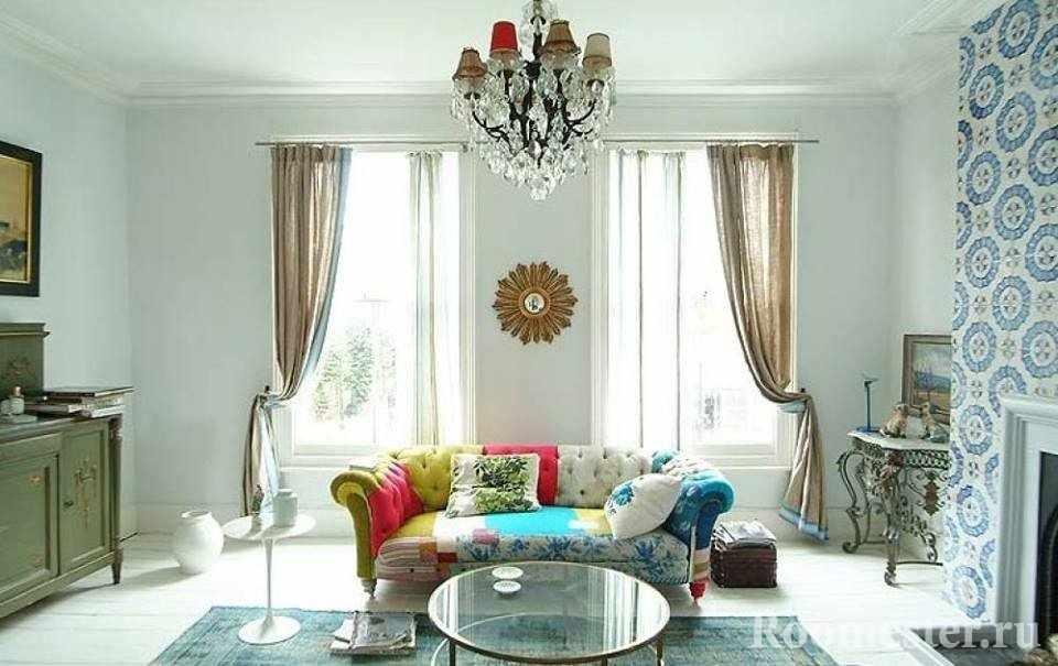 Окна в современной комнате