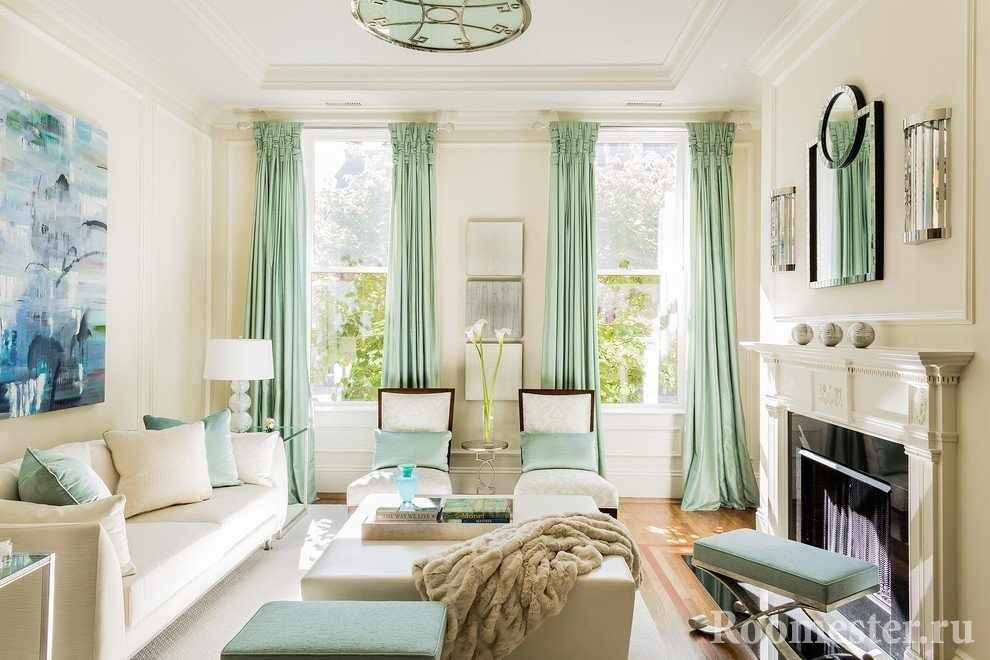 Светлая гостиная с двуми окнами до потолка