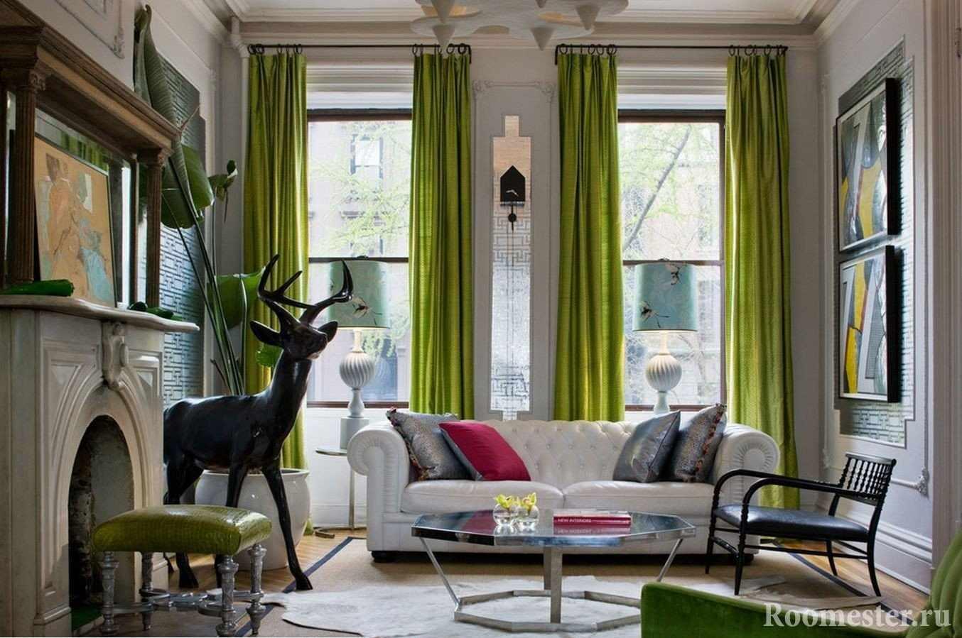 Вертикальные окна в комнате с высокими потолками
