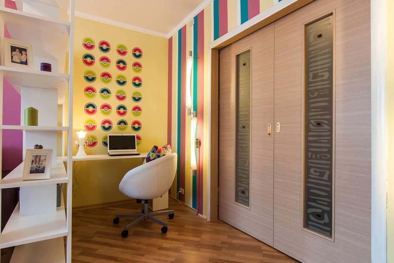 Яркие цвета в дизайне гостиной