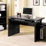 Черный компьютерный стол в классическом стиле