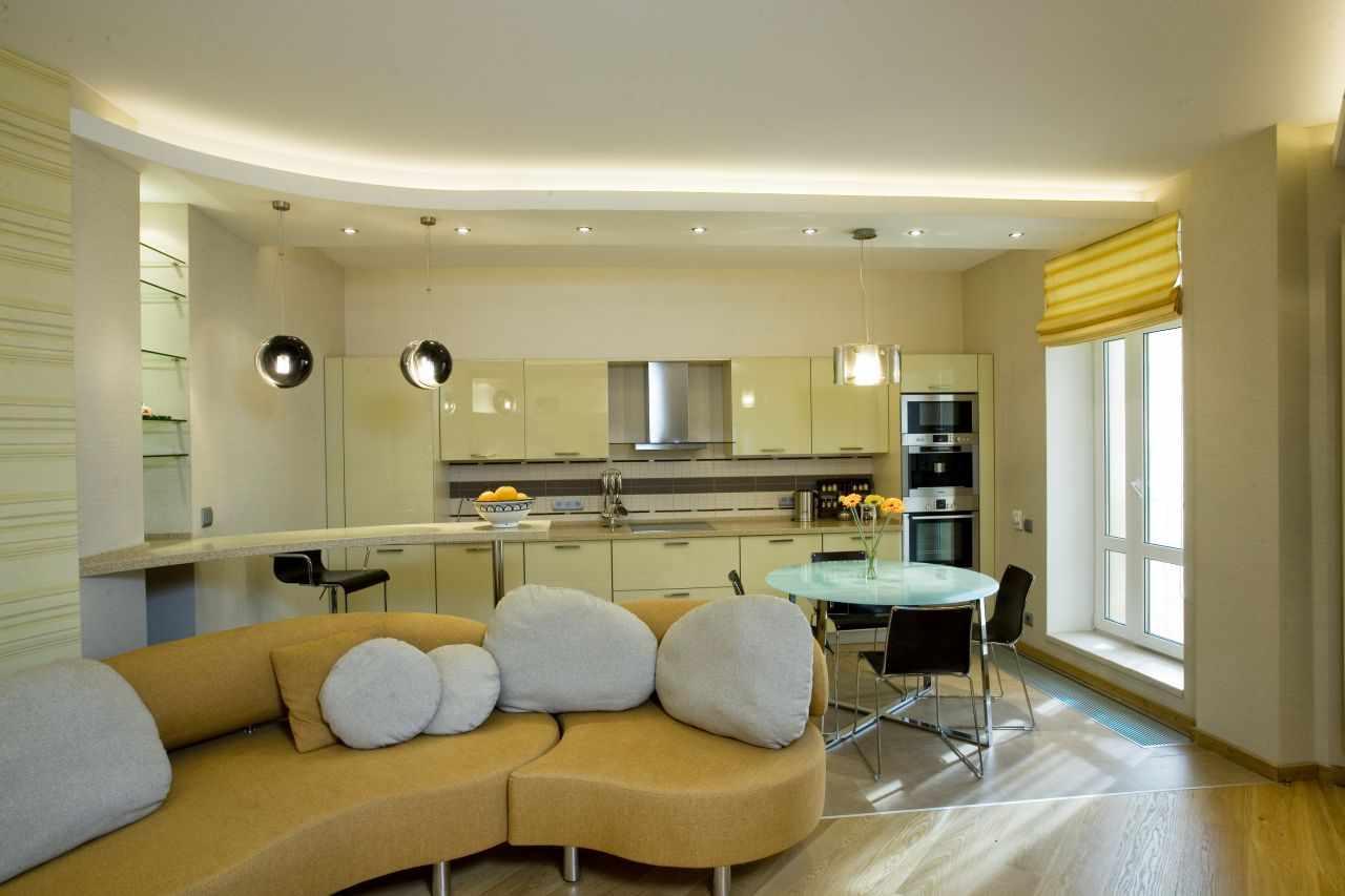 Гостиная-студия с разноуровневым потолком