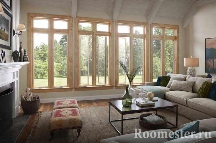 Уютная гостиная с потолком отделанным деревянными балками