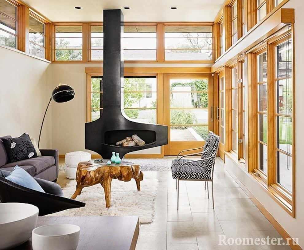 Дизайн гостиной в доме с камином и панорамными окнами