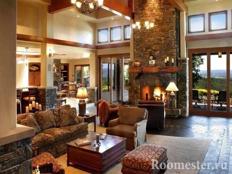 Большой камин в гостиной в частном доме