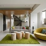 Столик из бревен на зеленом ковре