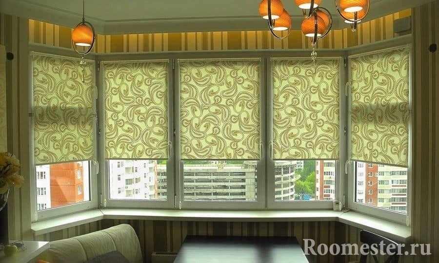 Столовая зона у окна с римскими шторами на кухне с эркером