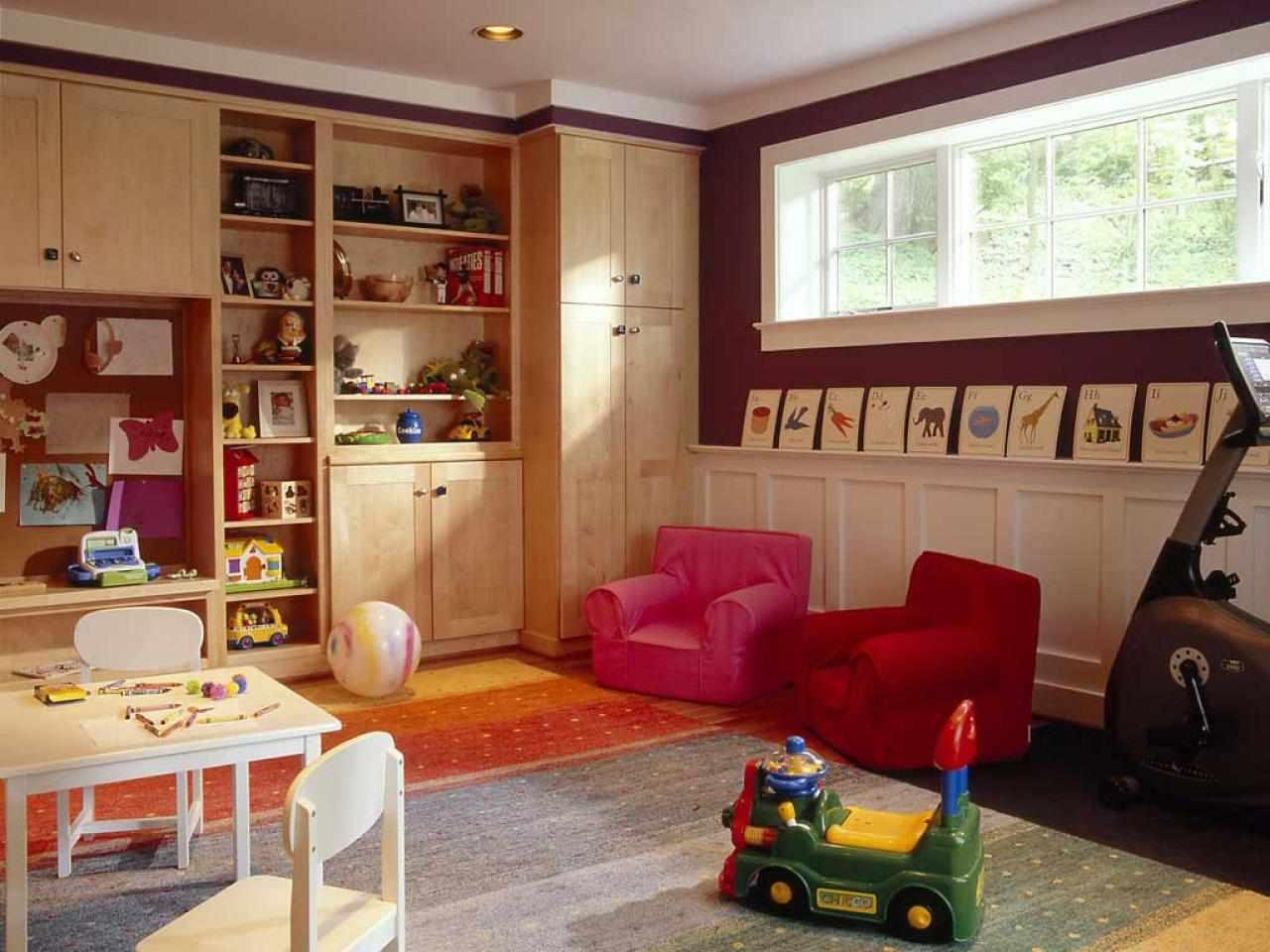 Два красных кресла в детской комнате