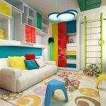 Белый диван с разноцветными подушками