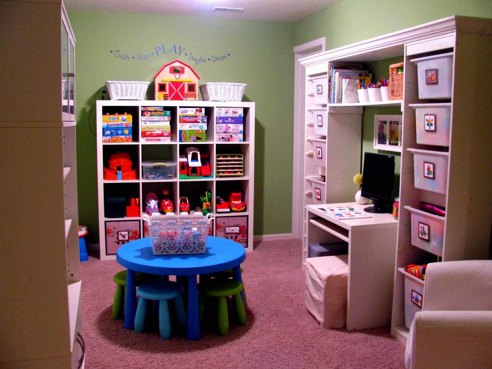 Стол в центре игровой комнаты