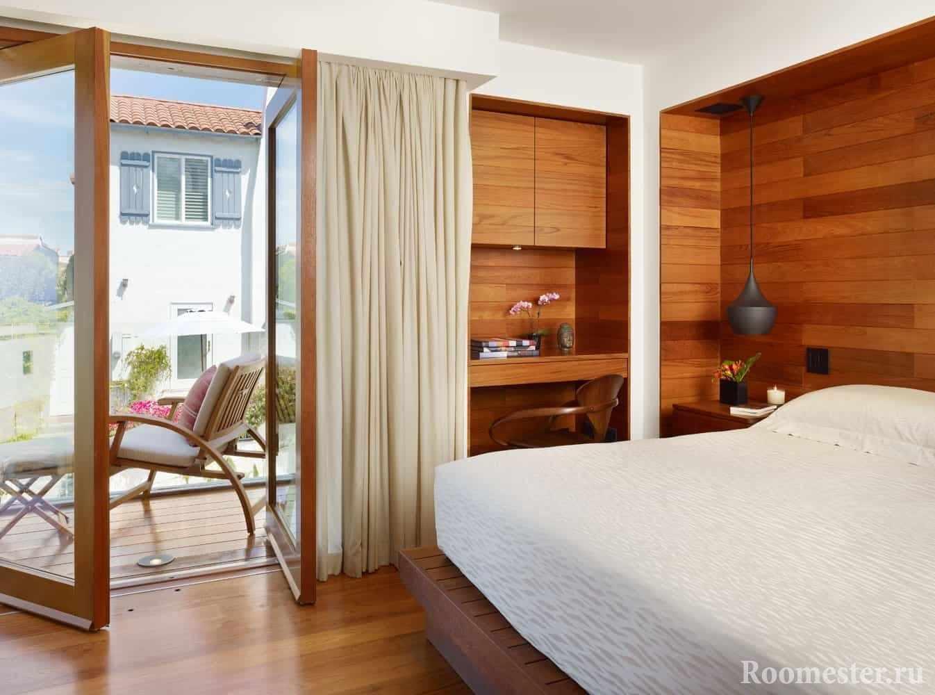 Небольшая спальная комната с отделкой стены деревом