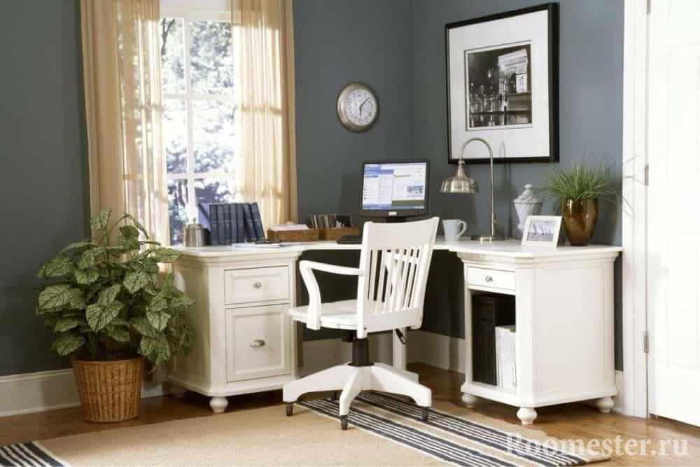 Угловой стол в кабинете у окна