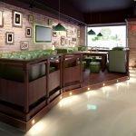 Столики и диваны на подиуме