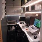 Компьютерный стол в кладовке
