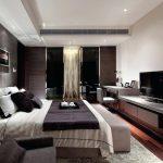 Телевизор напротив кровати