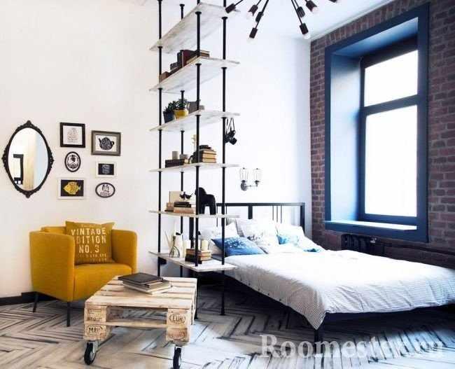 Разделение комнаты на две части с помощью стеллажа