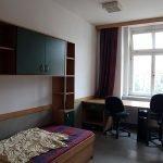 Рабочий стол и кресла у окна