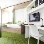 Зеленый пол в белой комнате