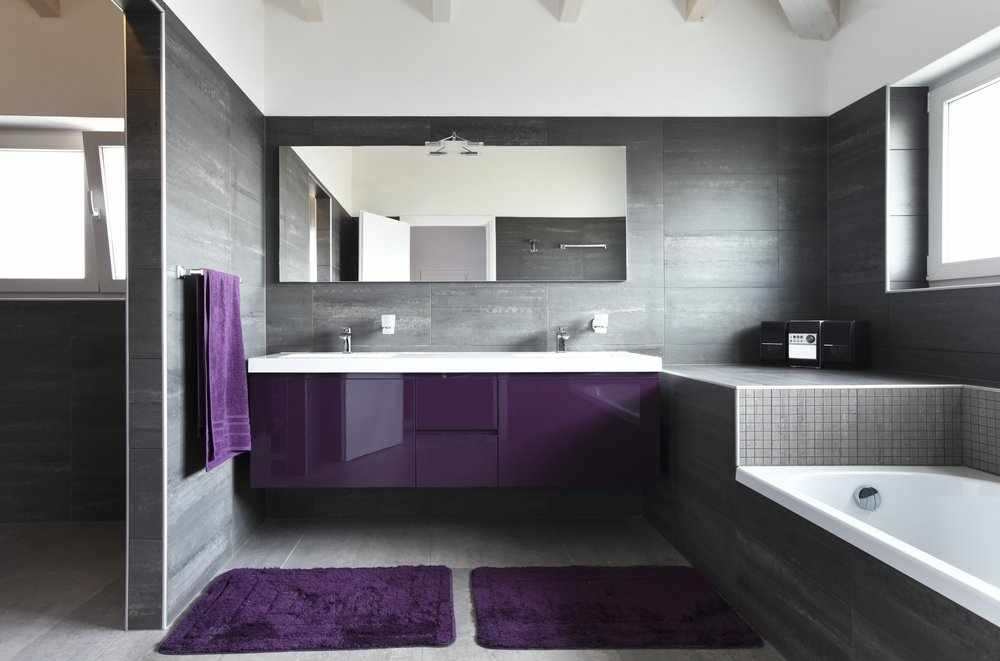 Сочетание коричневого с фиолетовым в декор ванной