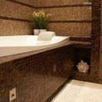 Мозаичная коричневая плитка в ванной