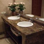 Коричневая мебель в ванной комнате