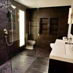Темный кафель в ванной
