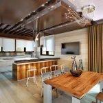 Ламинат на полу и стенах кухни-столовой