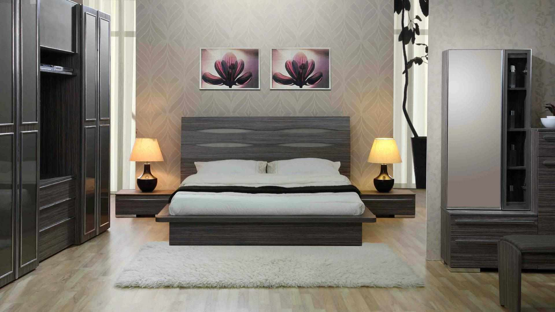 Кровать с деревянным каркасом в интерьере