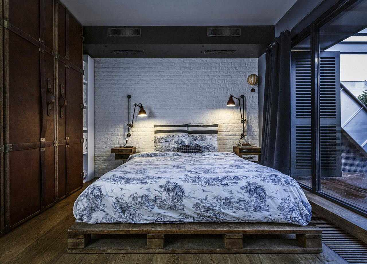 Кровать из поддонов в интерьере в стиле лофт