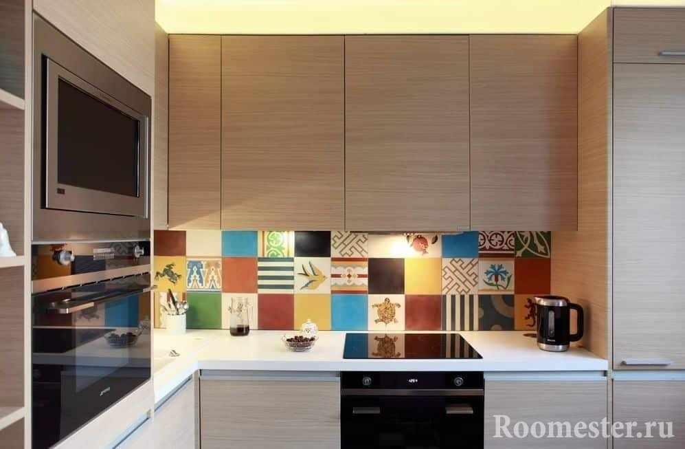 Угловая кухня с ярким фартуком