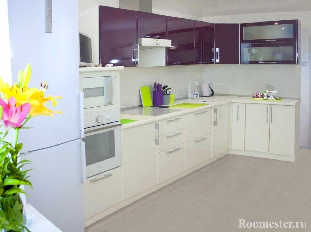 Сочетание фиолетового с белом на кухне