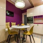 Фиолетово-белый интерьер кухни