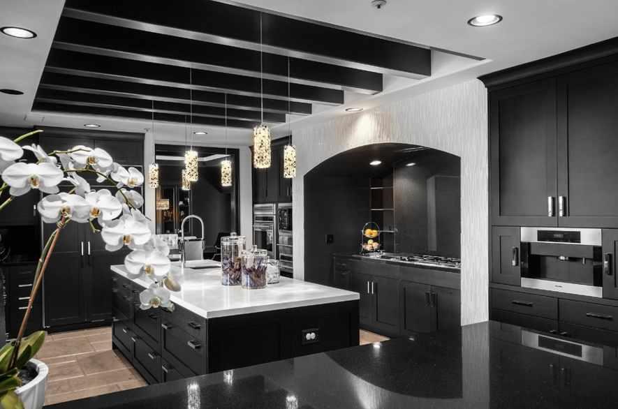 Кухонный гарнитур в темных тонах