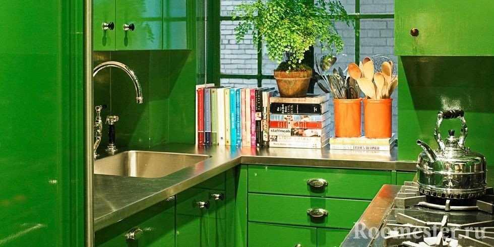 Другой ракурс кухни зеленого цвета