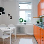 Белая кухня с оранжевой мебелью