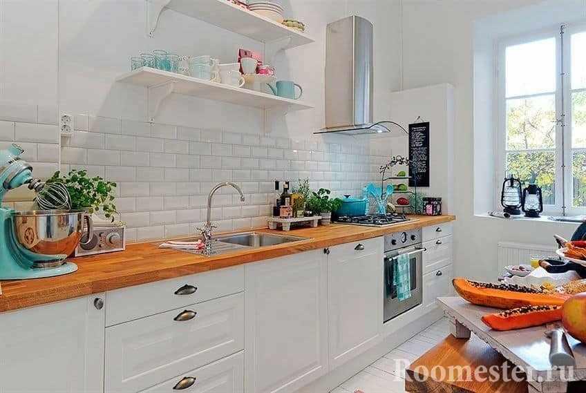 Кухня в белом с деревянной столешницей без верхних шкафов