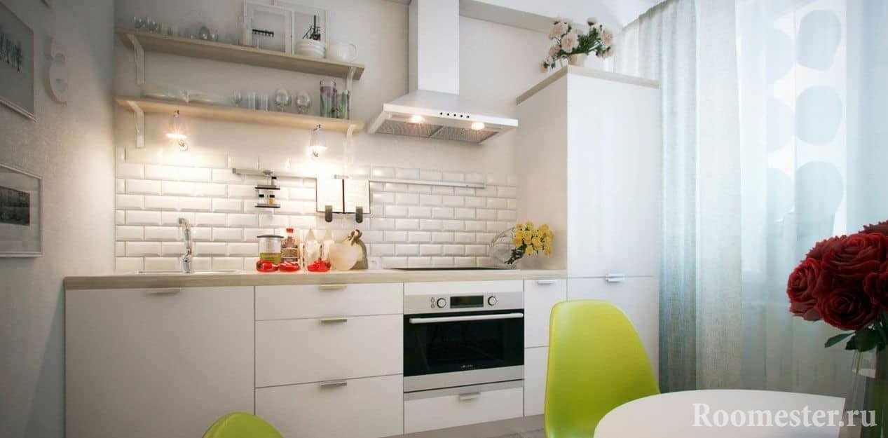 Кухня с окном с деревянными полками вместо навесных шкафов