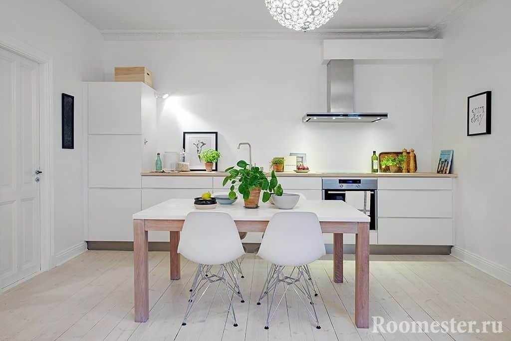 Просторная белоснежная кухня со встроенным холодильником