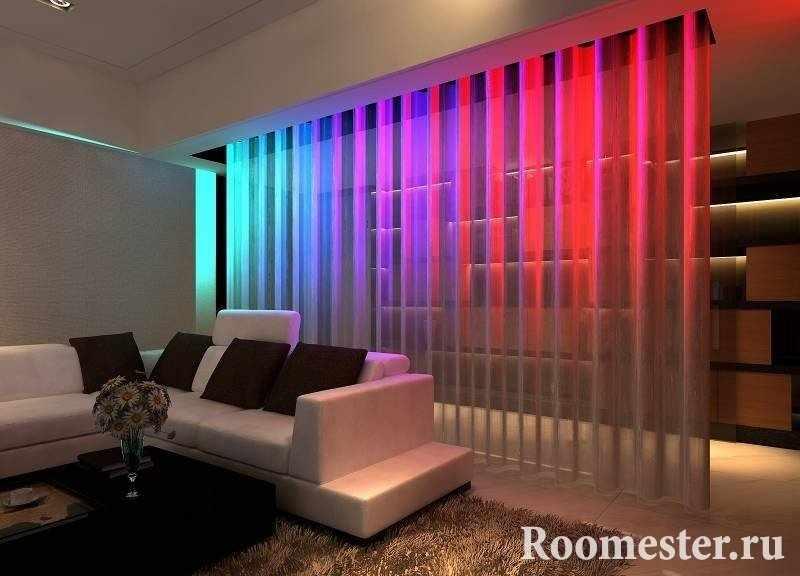 Светящаяся перегородка в гостиной