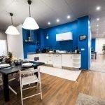 Разделение кухни и гостиной при помощи освещения