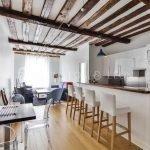 Потолок на кухне из брусьев