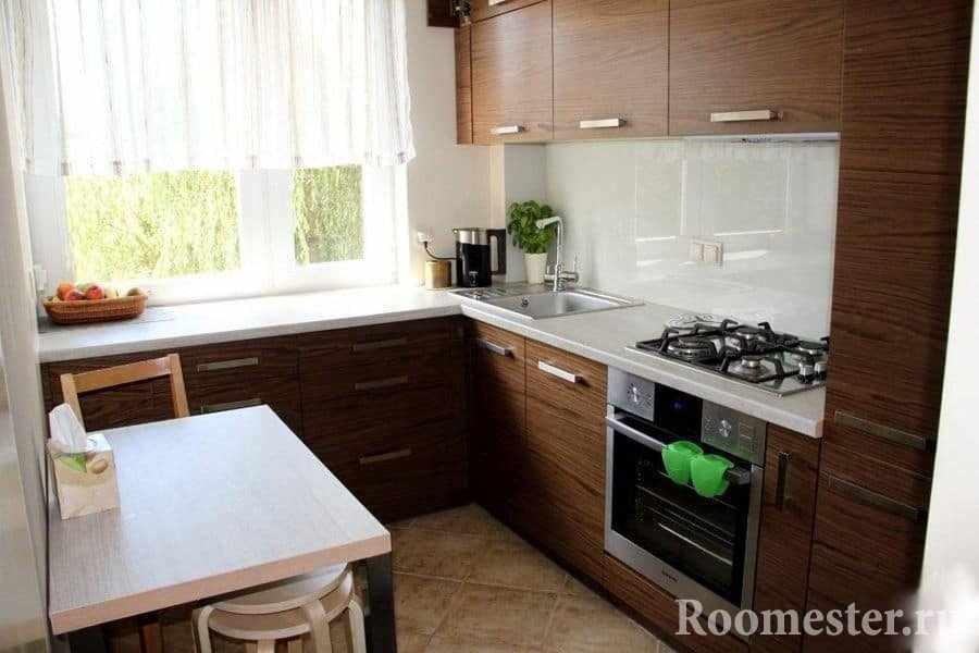 Небольшая кухня с мебелью под дерево